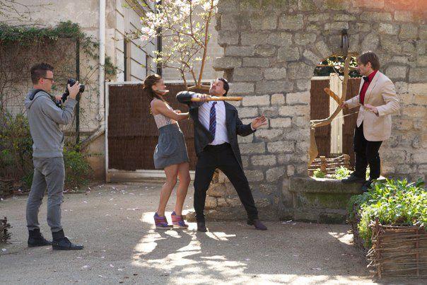 Deni, Marie og David leger med baguettes i Paris.