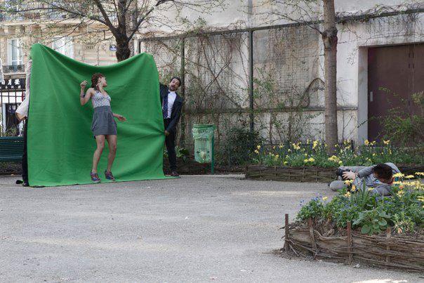 Marie Kaae foran en green screen på locationoptagelser i Paris.
