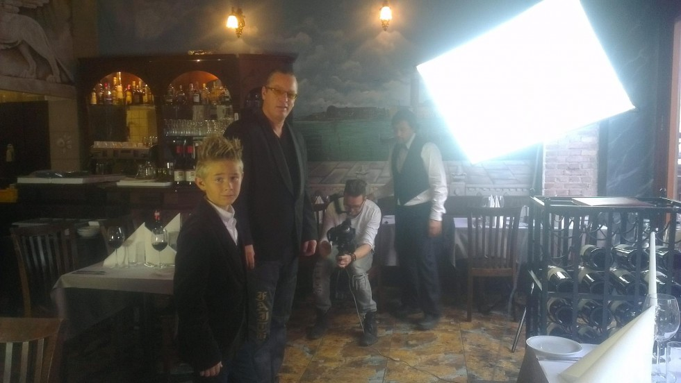 Toke Lars Bjarke og far under optagelserne på Restaurant Veneto i København.