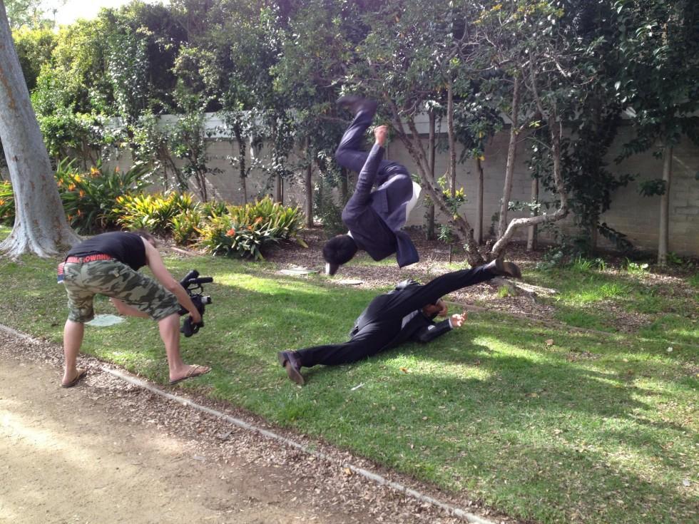 Alex og Deni midt i en fight sekvens i Beverly Hills.