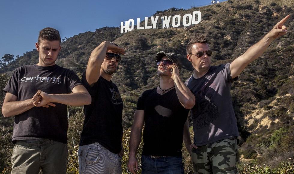 USA holdet foran Hollywood skiltet.