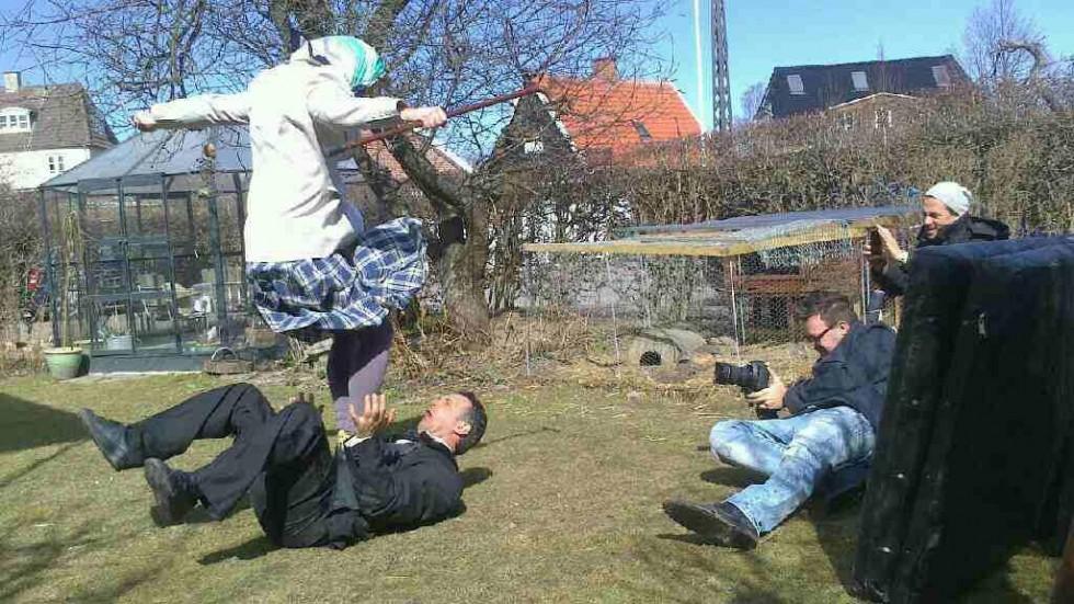 Mads Koudal i luften sekunder før han lander på Karim Maktabis brystkasse.