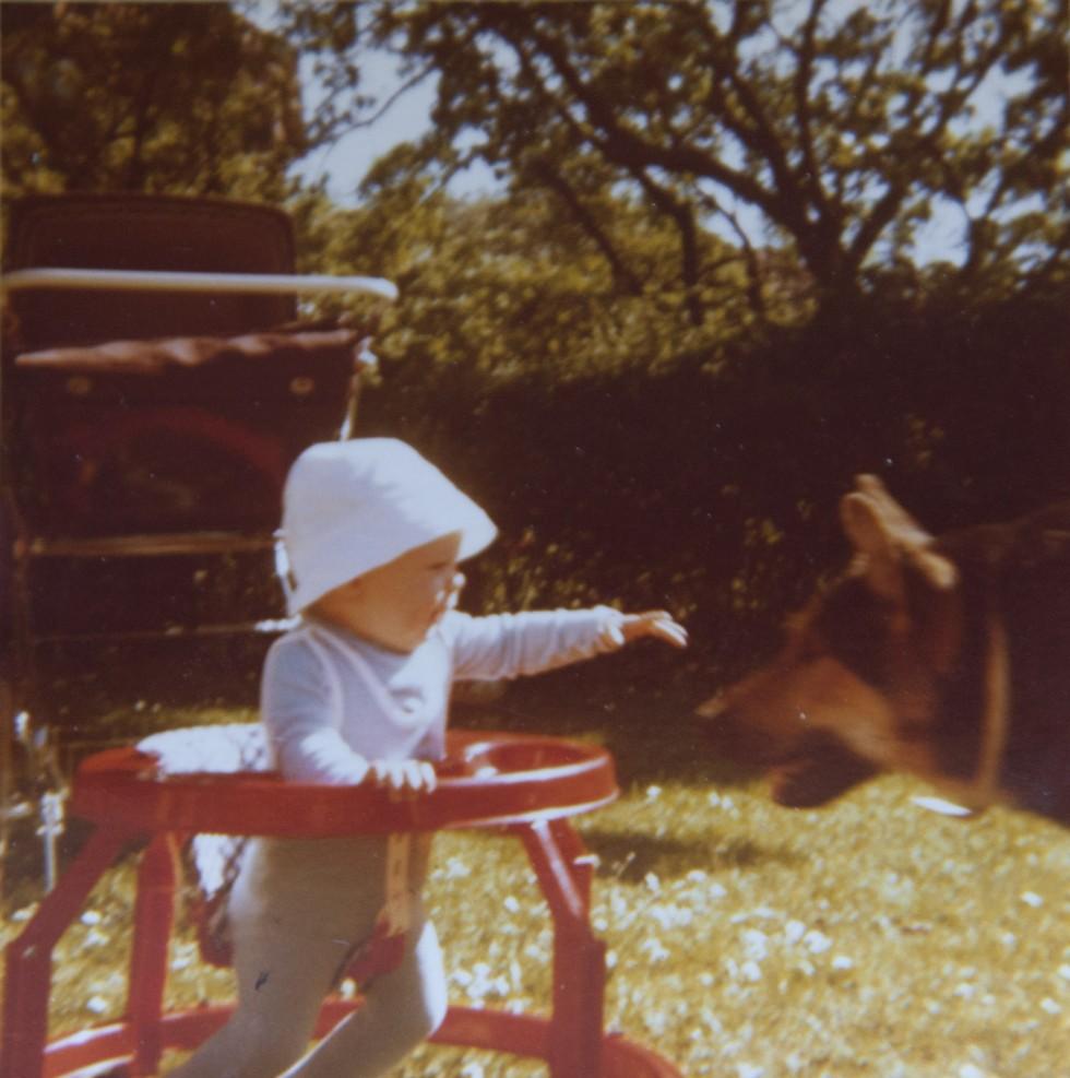 Det her må være et af de ældste billeder der eksisterer af mig. Fra haven på Henrik Nielsens Vej i Roskilde med hunden Termino.