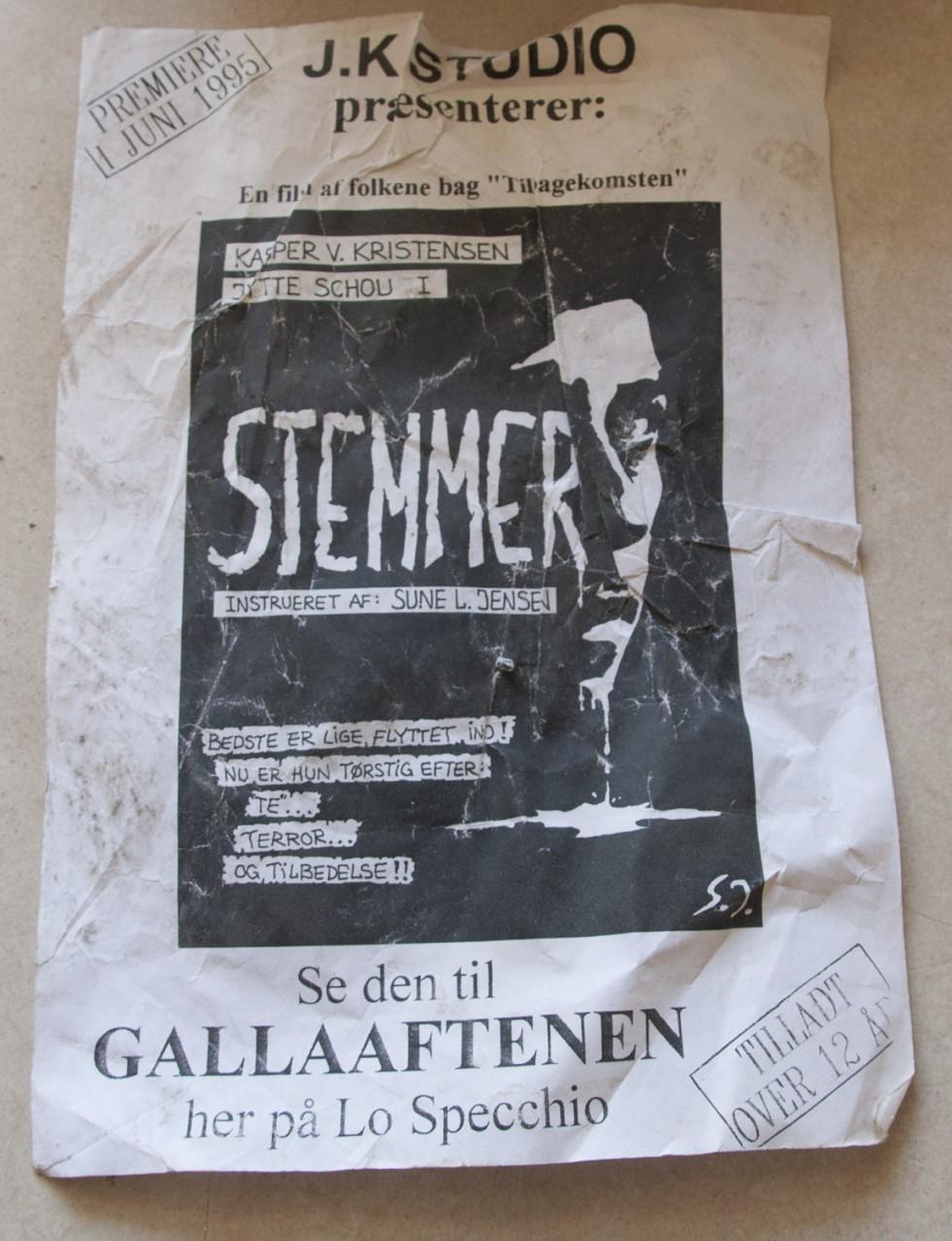 En tidlig plakat for amatørspillefilmen Stemmer som vi lavede i 1994-1995, tegnet af Sune Lind Jensen.