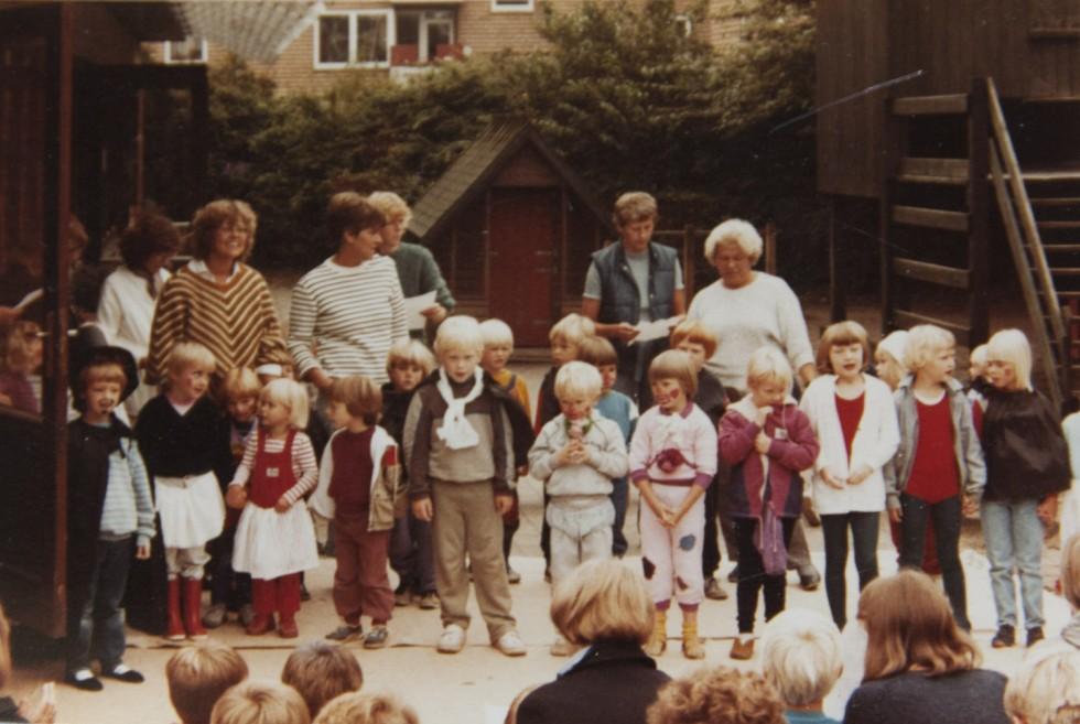 Allerede i børnehaven blev jeg udnævnt som cirkusdirektør (yderst til venstre).