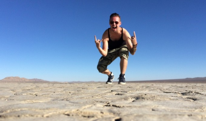 En glad Kasper på optagelser i ørkenen!