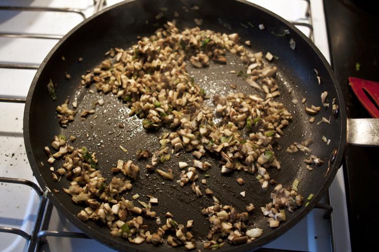 svampe og løg på panden