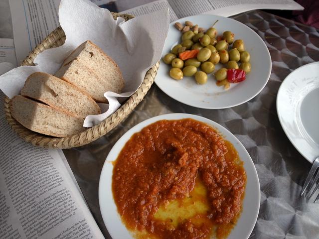 tomat,brød og oliven