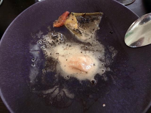 de sørgelige rester af orangeis, salat og oliven
