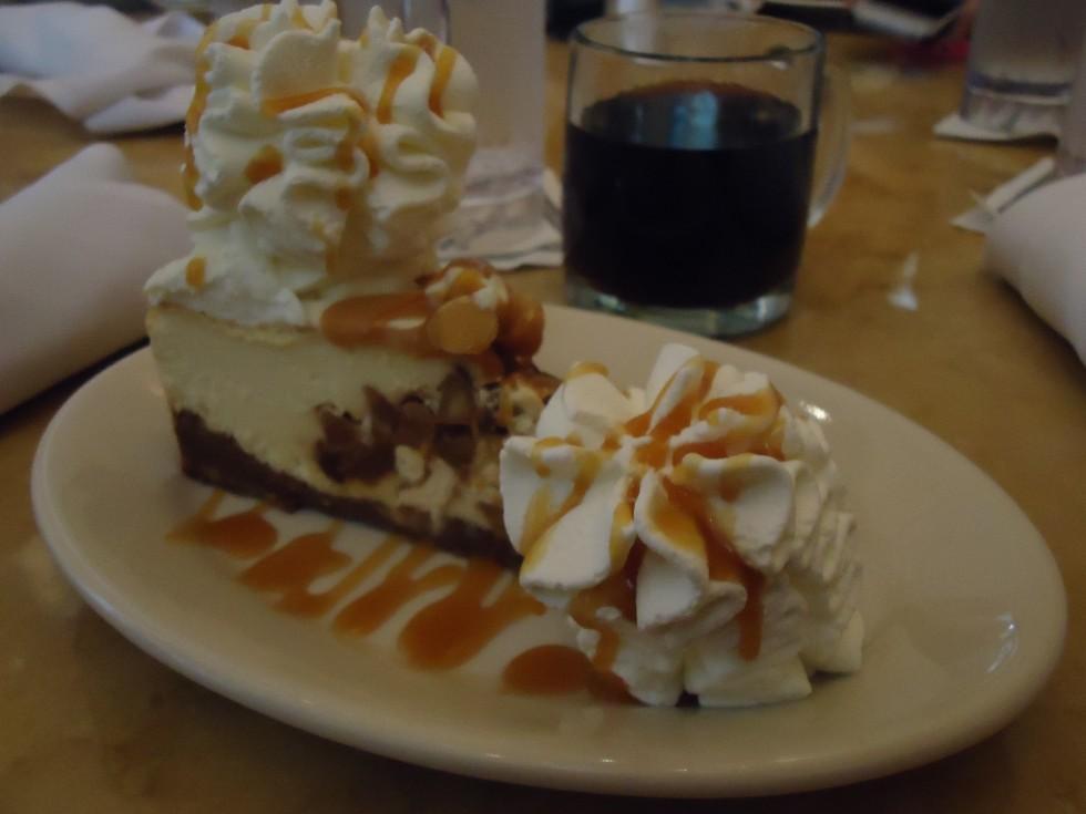 Jeg elsker kage og søde sager!!  - Her et foto af et KÆMPE stort stykke kage indtaget på ferien i USA - Cakefactory - tror jeg det hed!!