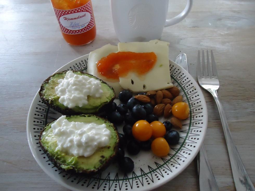 Frokost forslag - avokado med hytteost, blåbær, mandler, ost med hjemmelavet hybenmarmelade (som jeg har fået af en skøn veninde) - hertil kaffe !