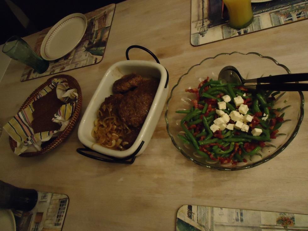 Aftensmad på en slankeaften- brød til dem som ikke kan undvære det!! - hakke-johnnys med bløde løg - og så Madsens salat: letkogte grønne bønner, stegte bacontern og fetaost. (kan serveres både kold og varm)
