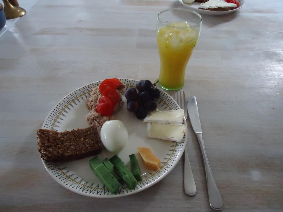 Frokost forslag, 3 slags ost, æg, ½ skive grov rugbrød, tun og lidt druer! Hertil et glas juice.
