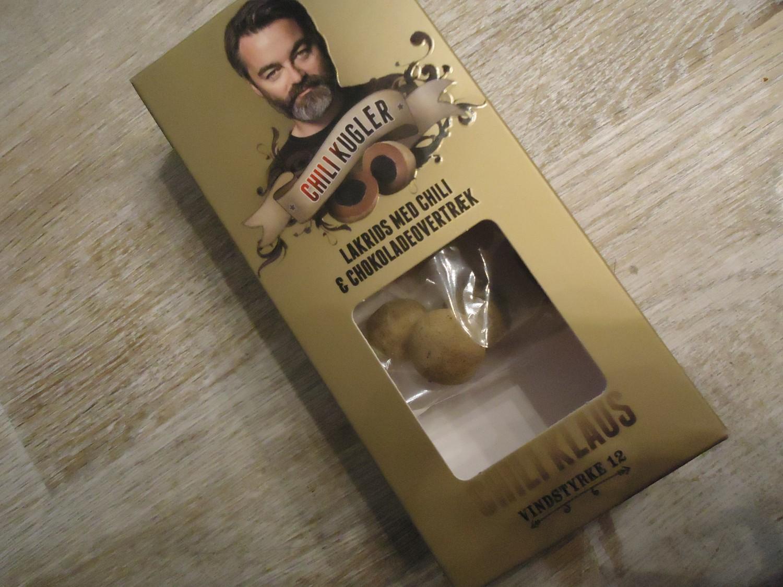 Chokolade med lakrids... og chilli. Det er første gang en pose chokoladekugler har holdt mere end 10 min. i min varetægt.