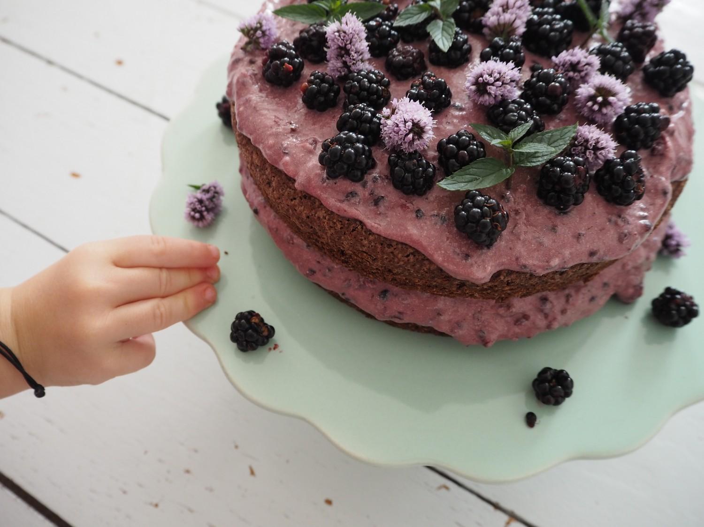 Chokoladekage-med-brombær