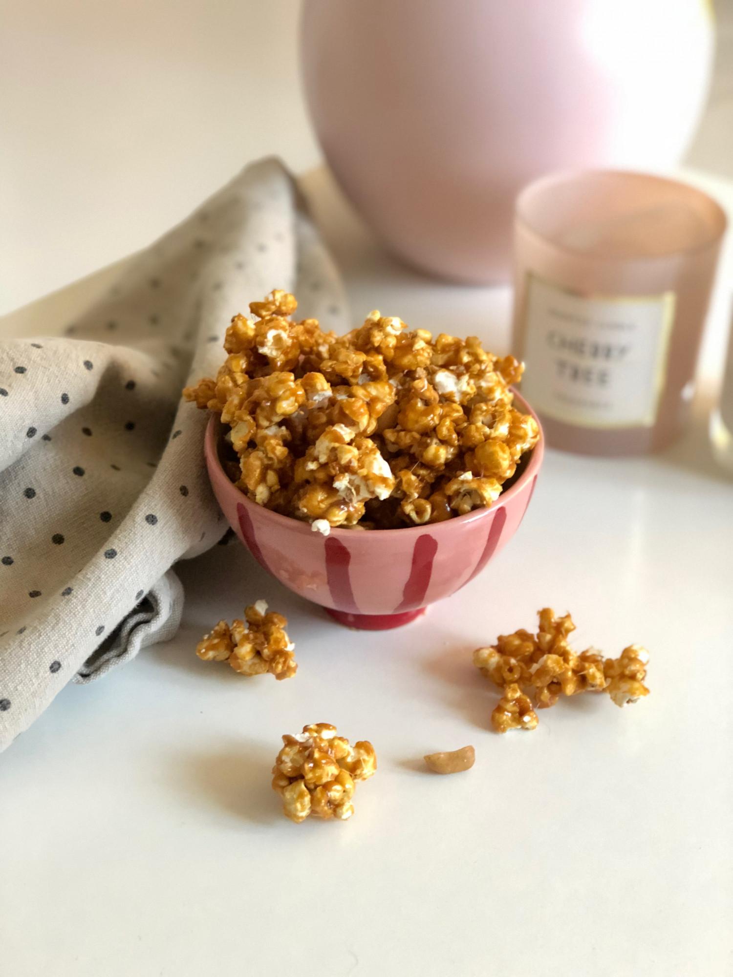 popcorn med karamel, havsalt og peanuts