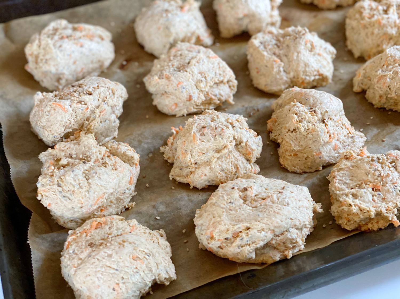 Grove gulerodsboller med hytteost