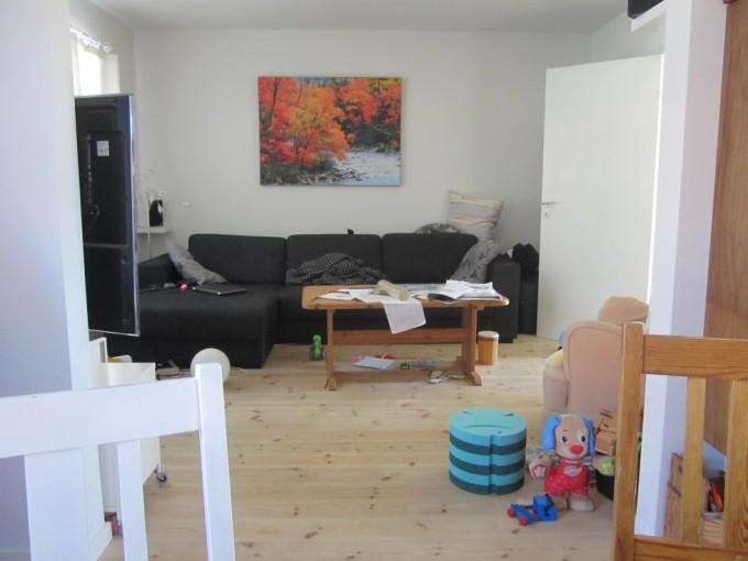 Og det man ikke kan se, er det tykke lag støv under sofaen, at nogle af bladene på sofabordet har ligget der i flere uger, og at puffen bag døren er fyldt med alle de ting, der lige hurtigt skal af vejen. Stolene i forgrunden er lavet i tidernes morgen af svigerfar, og manden har selv kreeret sofabordet - og nej, han er ikke uddannet snedker som sin far. Læg venligst også mærke til billedet over sofaen, som fuldstændig mangler dybde, og som jeg nævnte i dette indlæg.