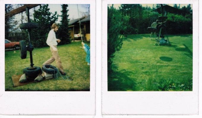 Min unge fars fantastiske gynge i haven. Der sad to bildæk i hver ende af noget tovværk, og når man drejede på håndtaget i midten drejede gyngerne rundt, så man kom godt op og flyve.
