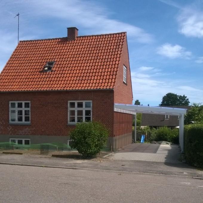 Vores lille, fine hus, som nu midlertidigt bebos af en anden familie