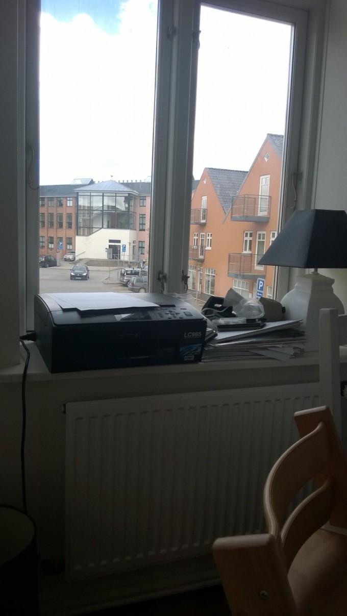 Indretning af vindueskarm. Udmærket sted til sin printer og diverse papirer. Bemærk venligst udeladelsen af diverse Kähler/RC-ting.