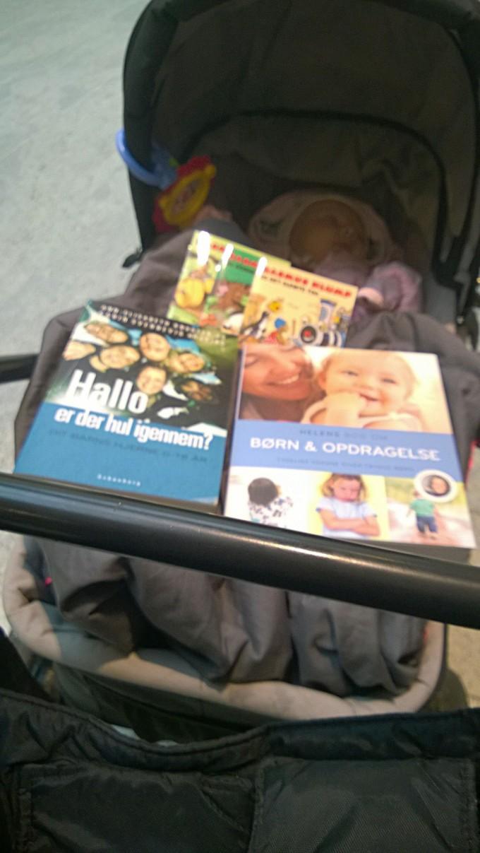 Man kan ikke sige, jeg ikke gør en indsats for at forstå mit barn og lære at gøre de rigtige ting. Altså bortset fra, at jeg måske sammenlagt har læst 20 sider i de forreste bøger til sammen. Til gengæld har jeg læst de tre bagerste bøger et utal af gange.