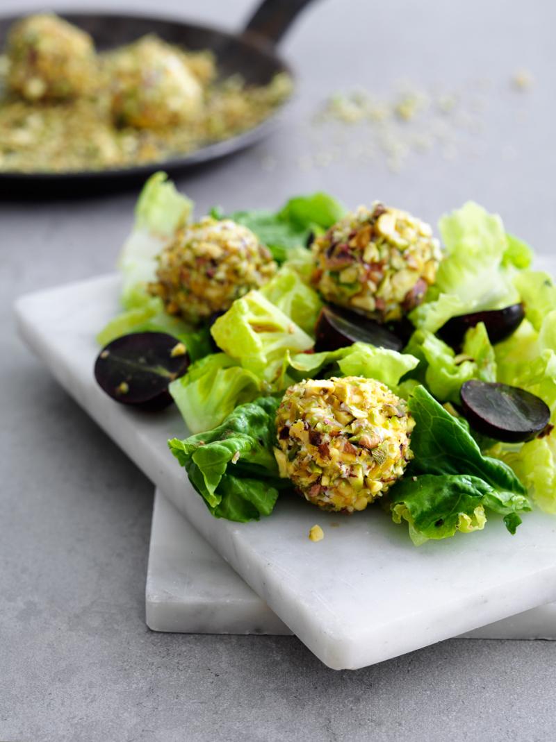 Salat-med-vindruer-og-knasende-pistacie-gedeostkugler