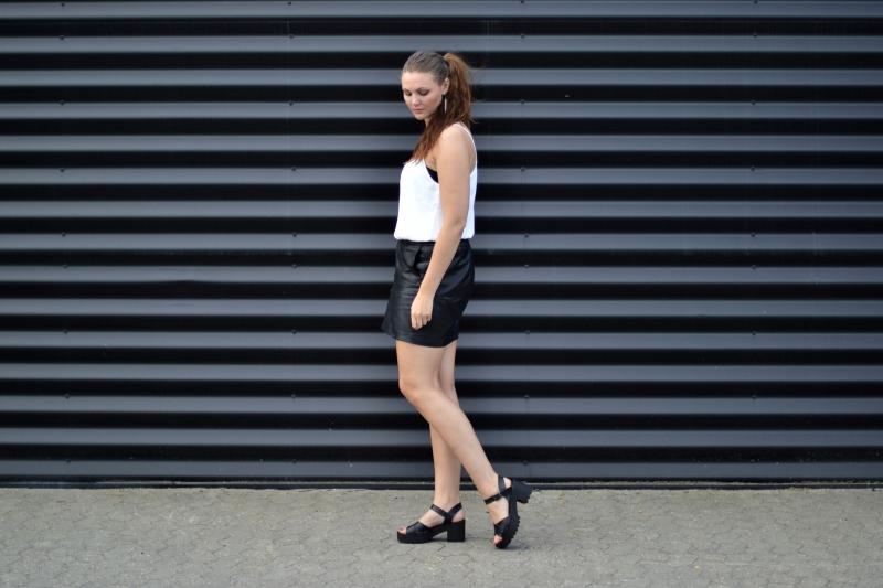 outfit lædernederdel hvid top høje sandaler1