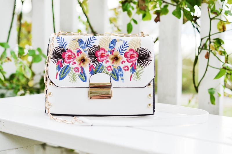 hvid-taske-med-blomster-broderi