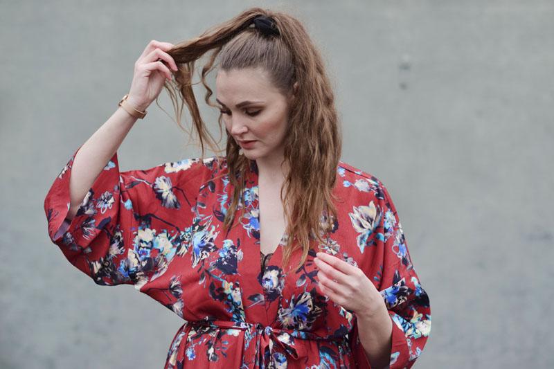 outfit-curvy-copenhagen-roed-lang-kimono-foraars-kollektion3