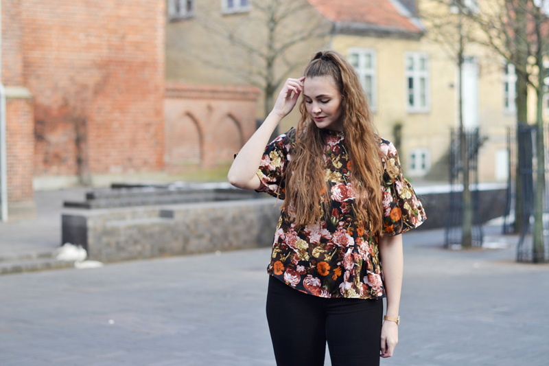 outfit-blomstret-bluse1