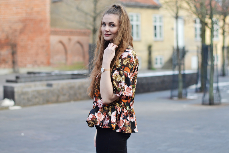 outfit-blomstret-bluse2