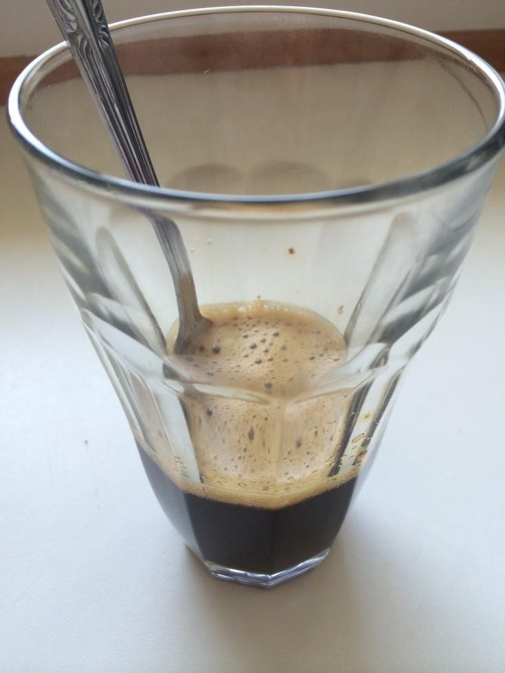 Rør rundt, til kaffen og siruppen er smeltet sammen