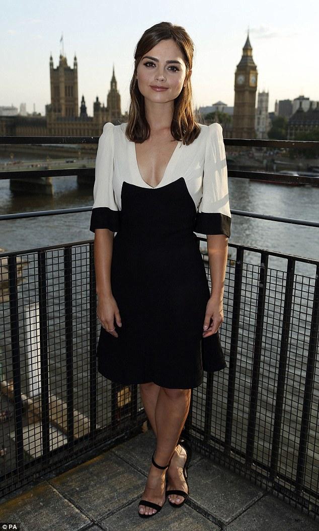 Jenna Coleman porte une robe noire et blanche pour lapremière de Doctor Who à London
