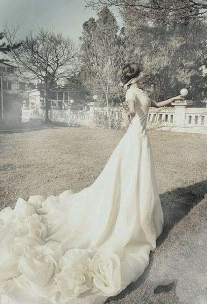 robe de mariage des Gémeaux avec une traîne longue