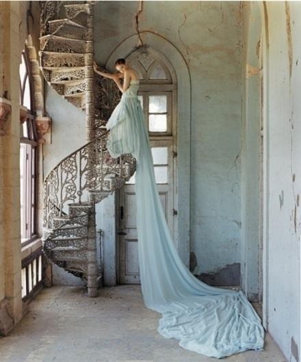 robe de mariée du Bélier bleu avec une très longue traîne
