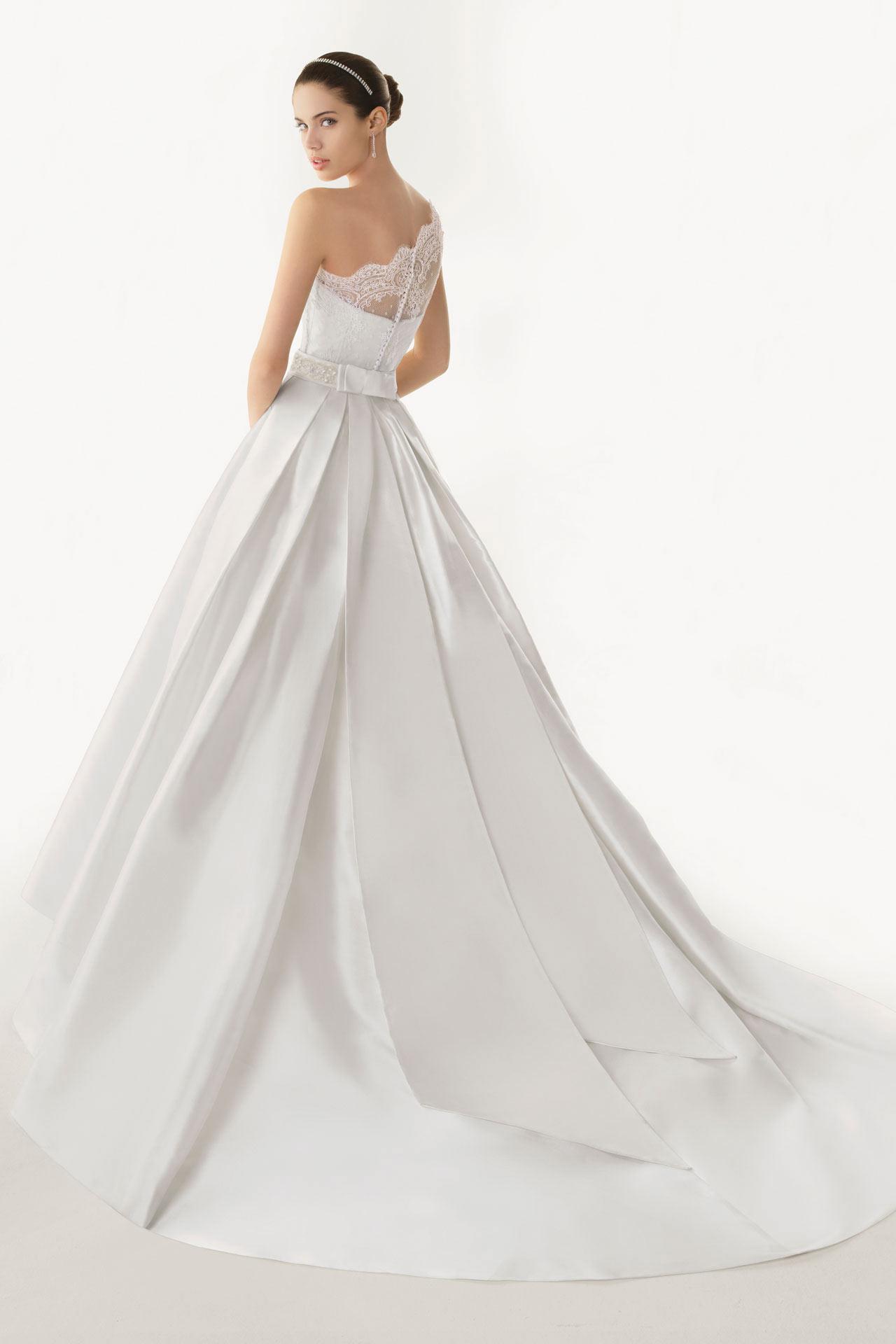 Magnifique robe blanche pour mariage classique ornée de dentelle exquise