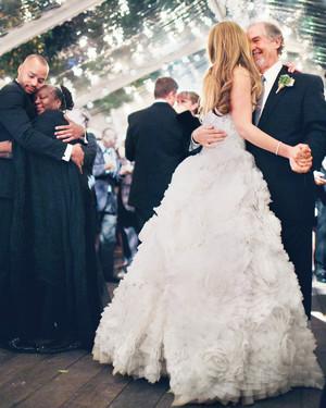 papa-danse-avec-la-mariee-dans-le-mariage
