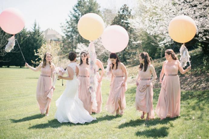ballons-geants-dans-mariage-avec-demoiselles-dhonneur
