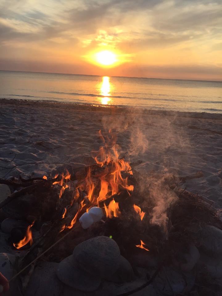 Så hyggelig aften på stranden med min familie. Vi havde købt skumfiduser som vi så varmede over bålet. Allan endte også med at hoppe i vandet da der var solnedgang. Det var meget smukt.