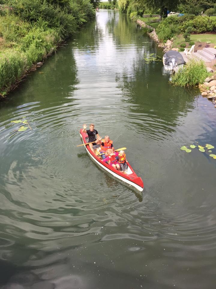 Dette billede tog jeg her den anden dag, da vi næsten hele familien, valgte at sejle en lille tur! det var så hyggeligt. Det er en super god ide, som hele familien kan være med til, hvis solen skinner!