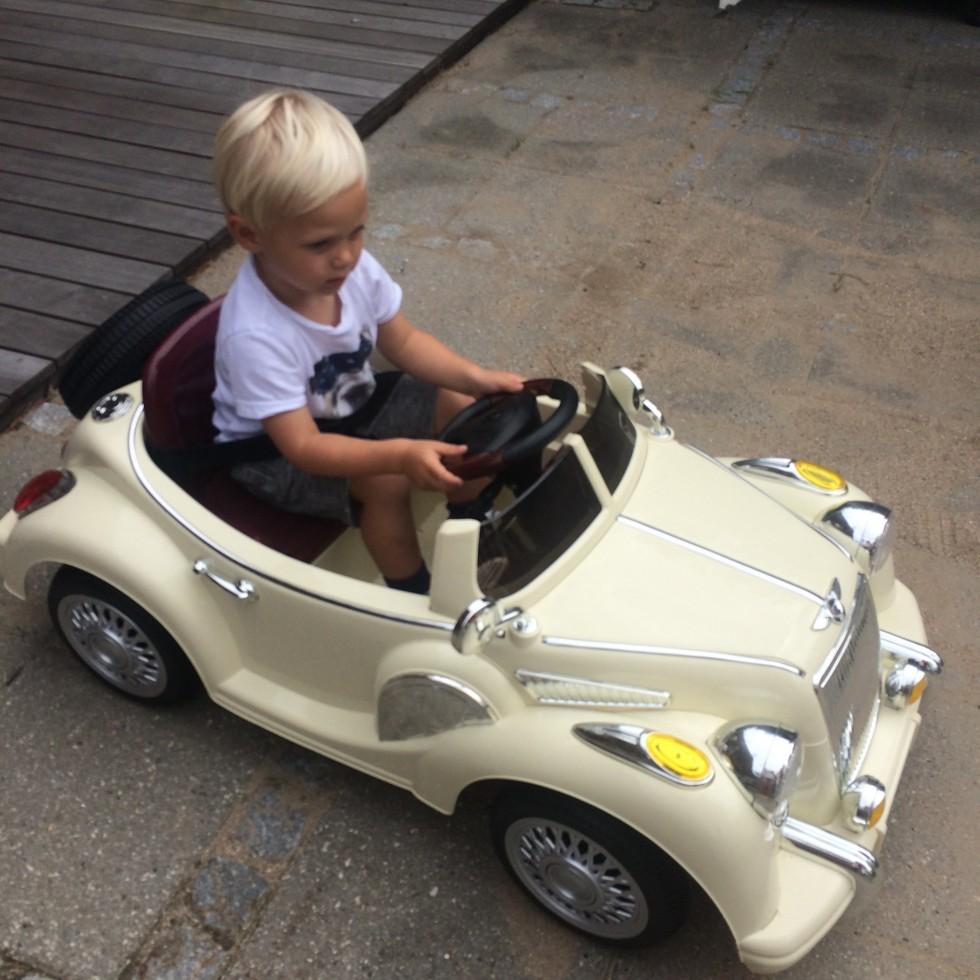 Louis bruger meget af tiden her i rågeleje på, at køre rundt i sin lækre nye bil ;-) Han er meget glad for den, og er faktisk overraskende god til at styre den!