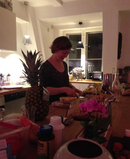 Jordemoder i køkkenet - der skæres annanas!