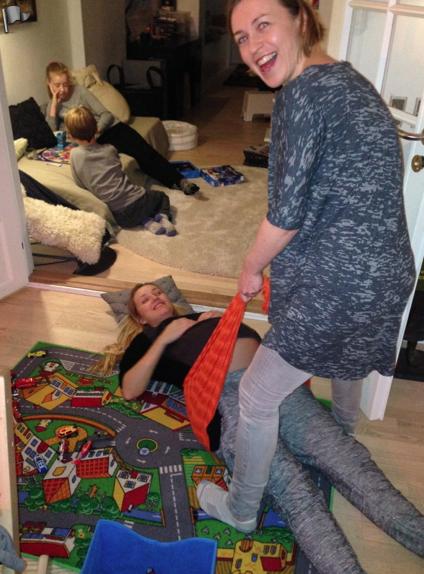Fredags hygge. Børnene spiller brætspil, peter og en gæst drikker et glas rødvin og jeg får en omgang rebozo.