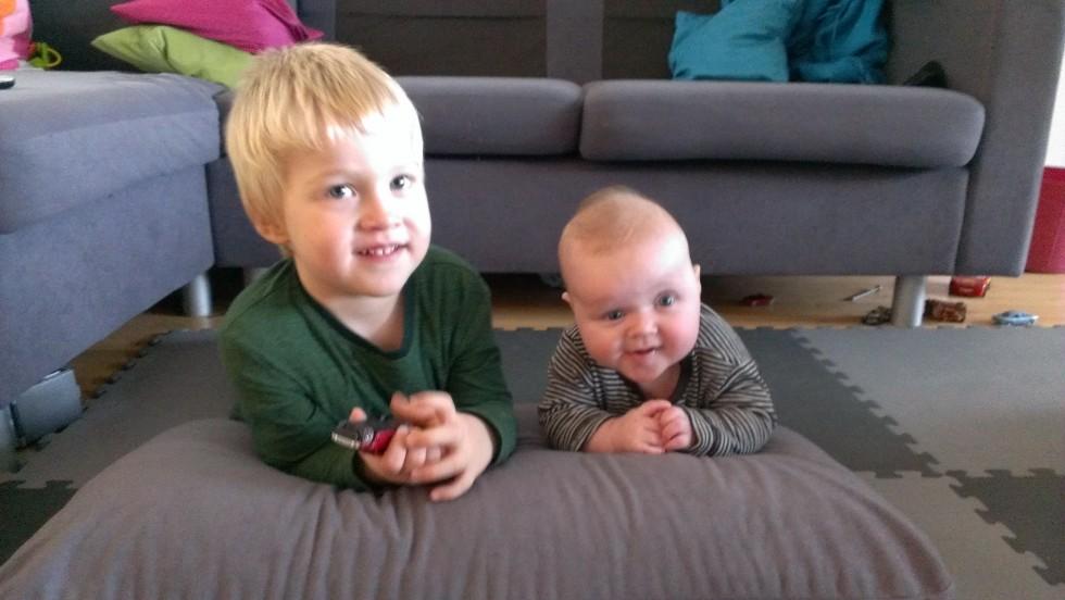 Og her et billede af begge mine lækre unger:-)  Lillepigen har rettet sig meget siden fødslen, men der er stadig lang vej.