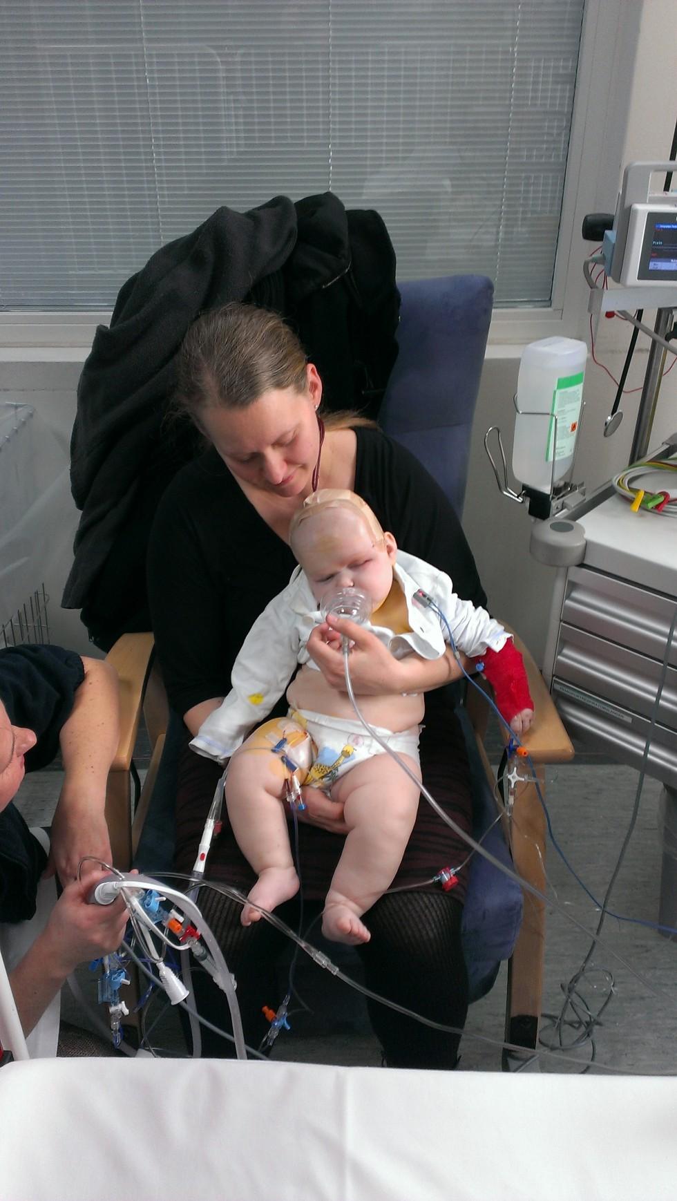 Her er hun lige vågnet op fra operationen!