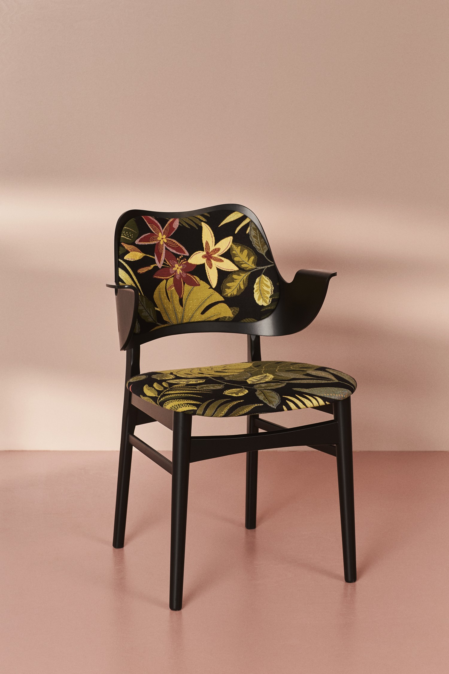 2405011-warmnordic-furniture-gesture-diningchairs-black-lacquered-seat-floral-back-black-lacquered-vnude