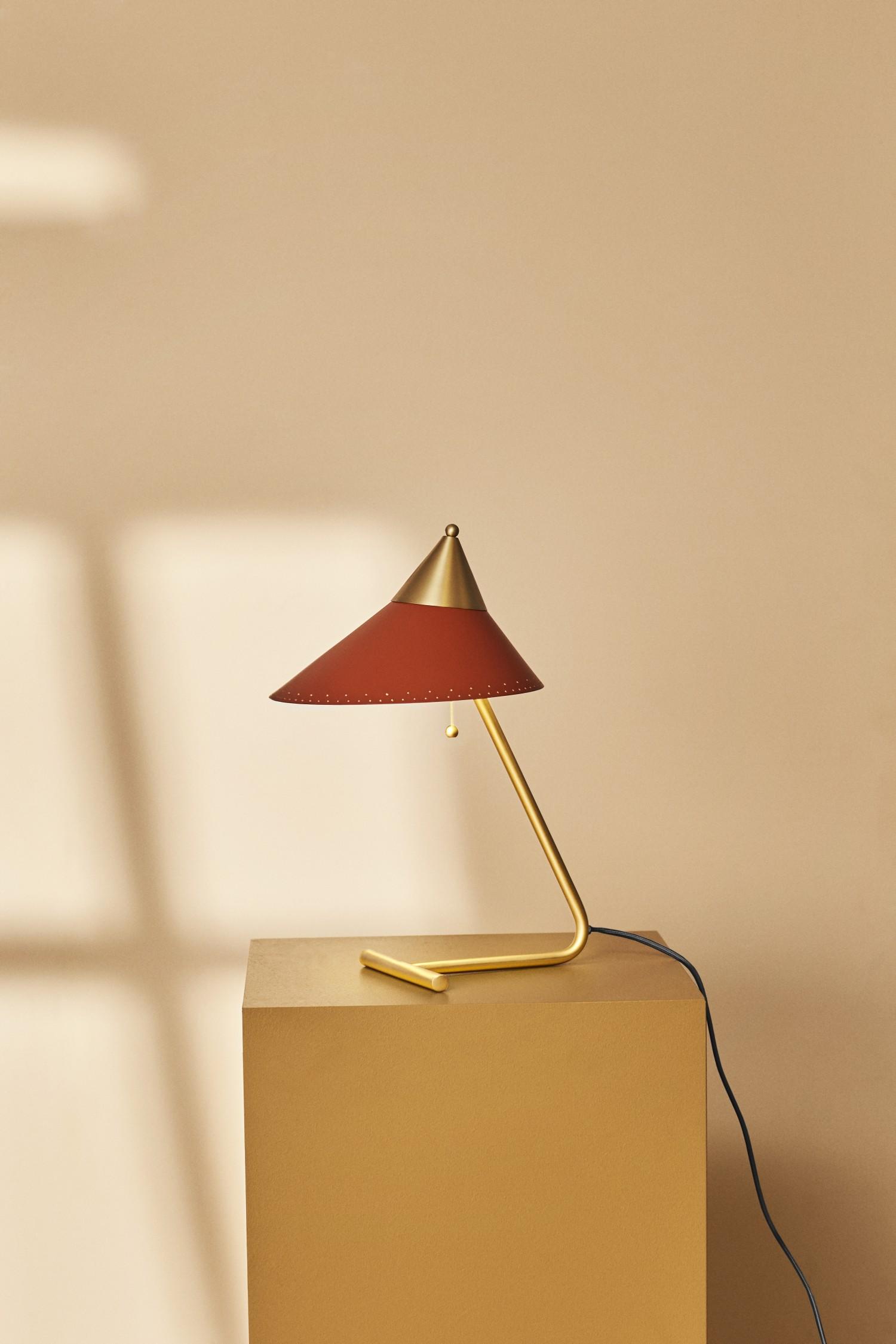 4210007-warmnordic-lighting-brasstop-tablelamp-rustyred-vyellow