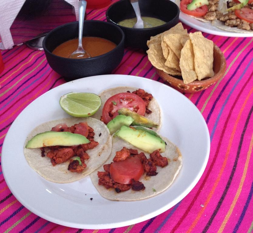 Mexicanere elsker farver - uanset om det handler om mad, drikke, teksiler eller bygninger.