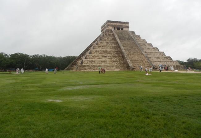 Mayabyen Chichén Itzá med pyramider, templer og en lang boldbane er fascinerende at besøge... også i regnvejr.